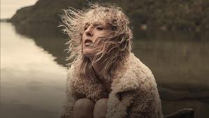 Ingrid St-Pierre a les cheveux au vent sur la pochette de l'album <i>Petite plage</i>.