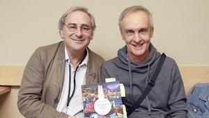 Jacques K. Primeau et Claude Deschênes posent, souriants, avec leur livre.