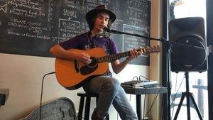 Jacques Surette, auteur-compositeur-interprète, chantant et jouant de la guitare au Edgar Café Bar de Sept-Iles