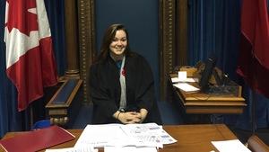 Katrina Dupuis est la présidente du Parlement franco-canadien du Nord et de l'Ouest (PFCNO). Elle est photographié dans l'Assemblée législative du Manitoba.