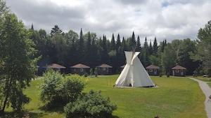 Le site Kinawit se trouve sur le site de l'ancien camp des scouts. Ce projet est né d'une volonté des Autochtones habitant en ville d'avoir un endroit où faire revivre leurs traditions.