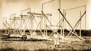 Karl Guthe Jansky travaille sur son antenne rotative.