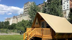 Une tente en bois devant le silo no 5.