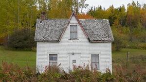 Maison en bardeaux de bois usée par le temps
