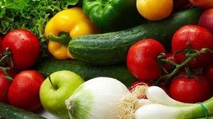 Des légumes frais : tomates, poivrons, oignon, salade, concombre, chou