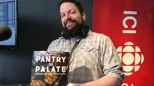 L'auteur et journaliste gastronomique Simon Thibault de passage à l'émission Le réveil