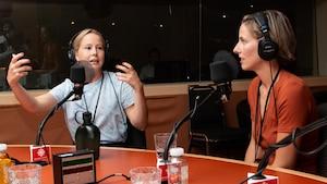 Les deux artistes discutent de leur film avec l'animatrice.