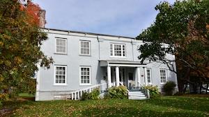 La façade du manoir Hamilton est photographiée à l'automne
