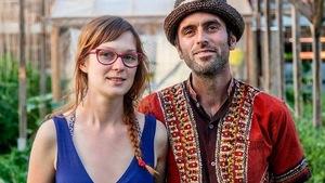 Les maraîchers Gabrielle Perrou et Martin Plourde des Serres du Phénix posent dans leur serre.