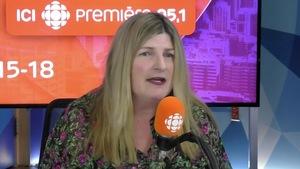 Marie-France Bazzo derrière un micro, dans un studio de radio de Radio-Canada