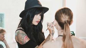 Marika D'Auteuil, maquilleuse, en train de maquiller une femme