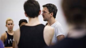 2 danseurs au premier plan et deux danseur à l'arrière plan lors d'une répétition
