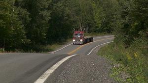 Un camion lourd sur la route.