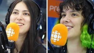Deux femmes sourient devant un micro orange.