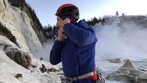 Charles Roberge au pied des glaces de la chute Montmorency.