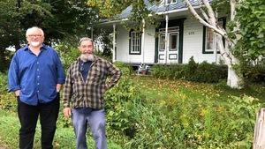 Deux hommes devant une maison ancestrale