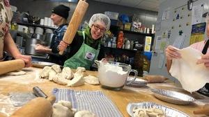 Dans une cuisine collective, Mireille brandit un rouleau à pâte. Elle est allée faire des pâtés ce matin avec toute une équipe de l'organisme Lefilon