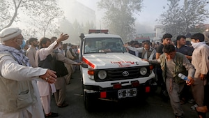 Le 25 août 2017, des Afghans laissent passer une ambulance après un attentat-suicide.