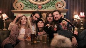 Mylène Mackay, Catherine Paquin-Béchard et trois autres artisans du du spectacle <i>Chansons pour filles et garçons perdus</i>, assis à une table.