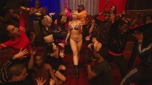 Sharleen Temple, Thea Carla Schott et plusieurs autres dansent dans une pièce sombre dans cette image tirée du film <i>Climax</i>, de Gaspar Noé.