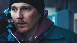Paul Dano discute au téléphone dans cette image tirée de la série <i>Escape at Dannemora</i>.