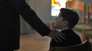 Un homme met pose sa main sur l'épaule d'un jeune garçon dans cette image du film <i>Grâce à Dieu</i>, de François Ozon.
