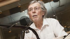 Hervé Fischer au micro de Stéphan Bureau