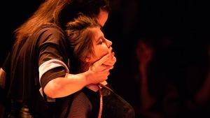 Pascale St-Onge, attachée et agrippée par le cou, dans la pièce <i>Kink</i>.