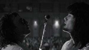 Roman Bilyk et Teo Yoo chantent dans le même microphone dans cette image tirée du film <i>Leto</i>, de Kirill Serebrennikov.