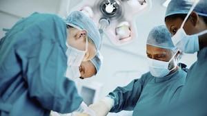 Des médecins dans une salle d'opération
