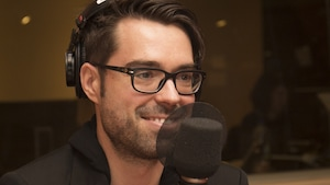 Olivier Bernard, le Pharmachien, en entrevue au studio 18 de Radio-Canada, à Montréal