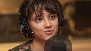Claire Pommet, alias Pomme, au micro de Catherine Perrin.