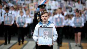 Une jeune garçon tient un portrait de Joseph Staline lors d'un défilé, le 9 mai 2017, commémorant le 72e anniversaire de la victoire russe sur l'Allemagne nazie.