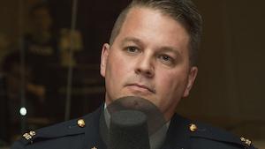 Sergent Jacques Théberge, de la Gendarmerie royale du Canada, au micro de Catherine Perrin.