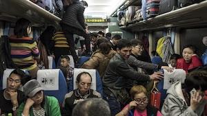Des Chinois voyagent dans un train bondé, le 10 février 2018.