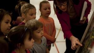 Des enfants observent une oeuvre du Musée ambulant
