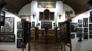 La salle d'exposition située à l'intérieur de l'église présente plusieurs oeuvres.