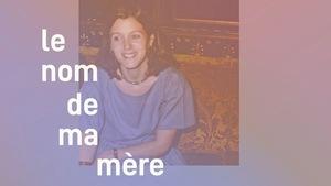 Photo d'une femme souriante, avec des couleurs surannés. Le texte «Le nom de ma mère» apparait en surimposition, ainsi que le logo de Transistor.