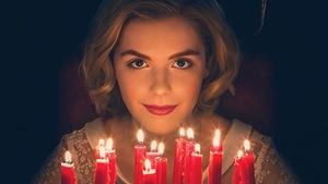 L'actrice Kiernan Shipka joue le rôle de la jeune sorcière Sabrina dans la nouvelle série «The  Chilling Adventures of Sabrina ». On la voit le regard défiant, éclairé par des bougies d'anniversaire.