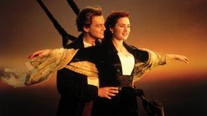 Les acteurs du film Titanic sur l'avant du bateau.