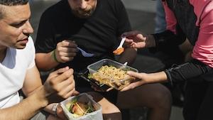 Trois personnes partagent un lunch. Au Québec, si vous donnez ou échangez de la nourriture, il n'est généralement pas nécessaire d'obtenir un permis, mais dès que vous recevez une contribution financière, il faut avoir un permis du Ministère de l'Agriculture, des Pêcheries et de l'Alimentation.