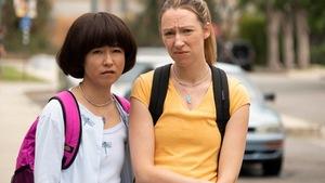 Deux femmes regardent avec méfiance la caméra.