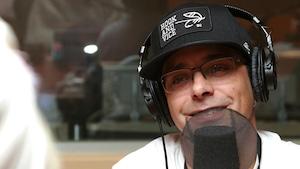 Photo de José Dominguez devant un micro de radio.