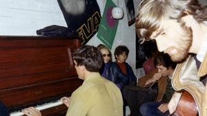 Des musiciens dans un café