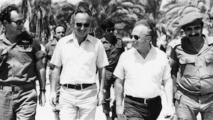 Shimon Peres (2e à gauche) visite les troupes au Sinaï lors de la Guerre des Six Jours, en juin 1967. Il est accompagné du premier ministre israélien Itzhak Rabin et du général Yekutiel Adam.