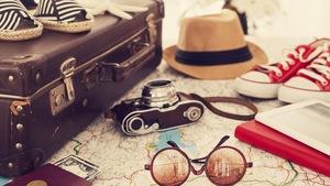 Une valise et des objets de voyage.