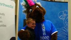 La mascotte Däch'äw des Jeux de l'Arctique 2020 avec son idéateur.