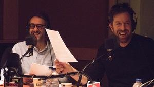 Les comédiens François Létourneau et Patrice Robitaille rient dans un studio de radio.