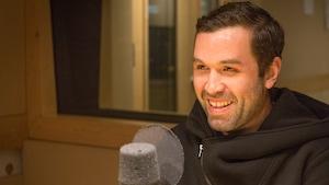 Une photo de Charles Stéphane Roy dans le studio de l'émission La sphère.