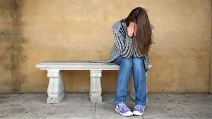 Un jeune qui souffre de santé mentale.